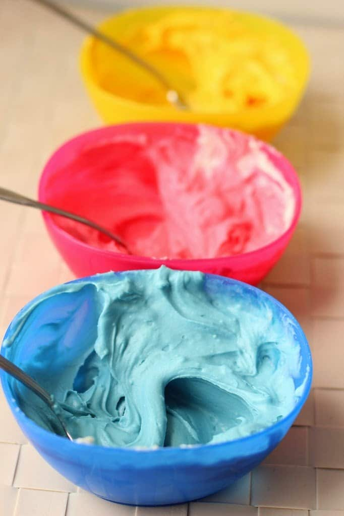 Rainbow frosting tutorial and awesome St. Patrick's Day cupcakes from playpartypin.com #recipes #cupcakes #frosting #tutorial