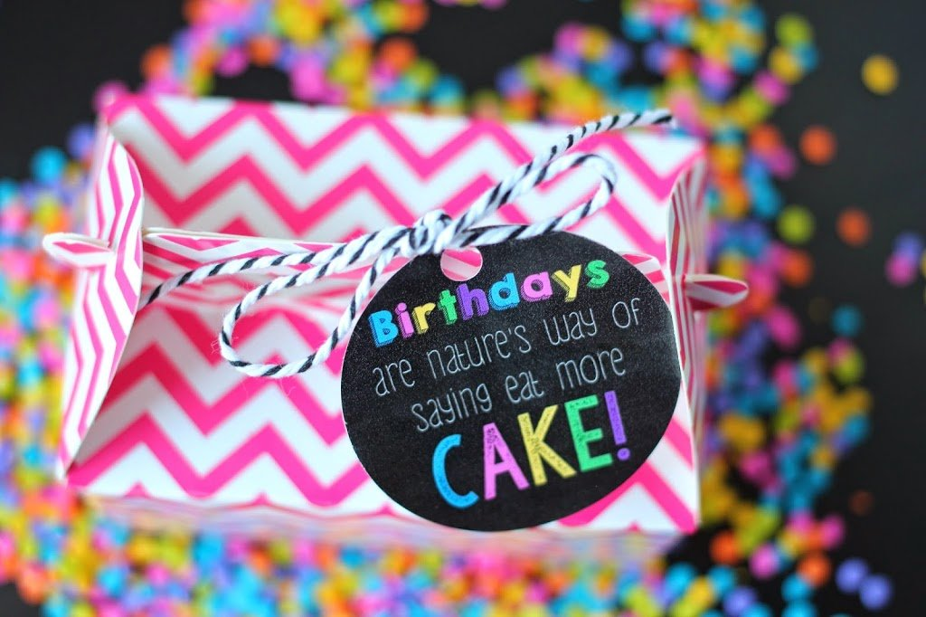 Love the idea of giving a friend a cupcake with this cute free printable birthday tag & 101 Inexpensive Birthday Gift Ideas