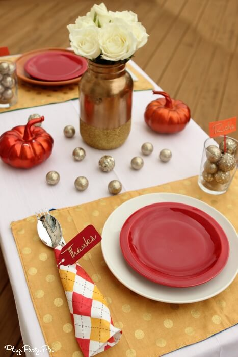 Love these simple and festive Thanksgiving place settings, especially the colors and glitter accents