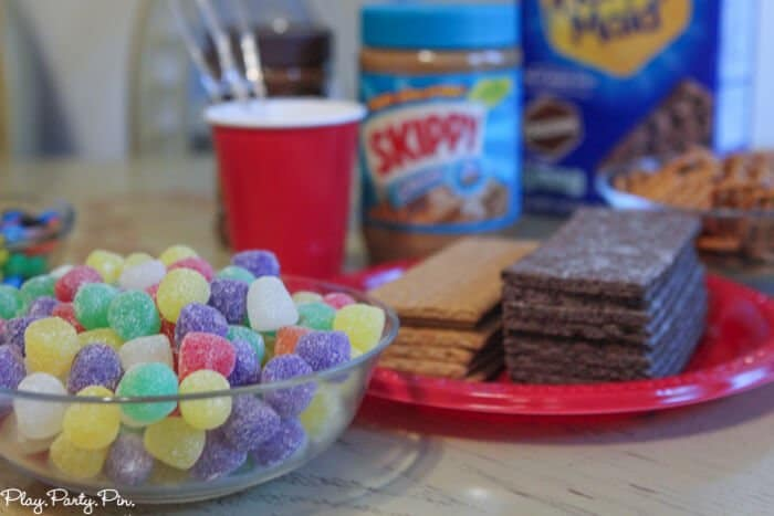 Such fun ideas for hosting a graham cracker house decorating party from playpartyplan.com