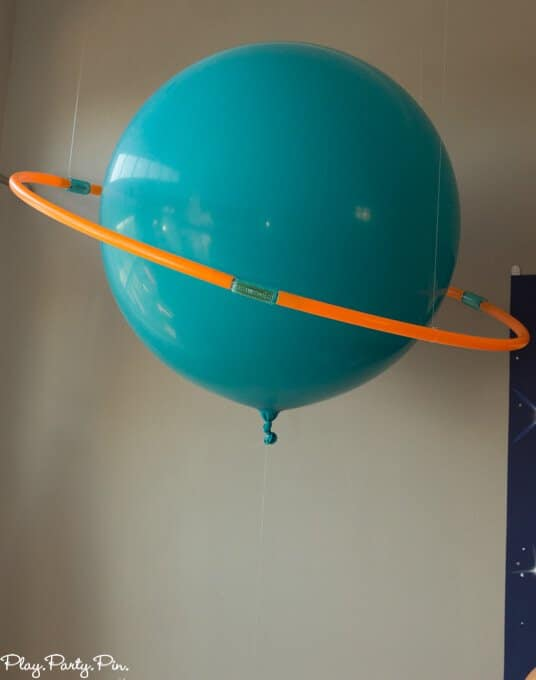 Outer space party decorations diy balloon planets for Outer space classroom decor