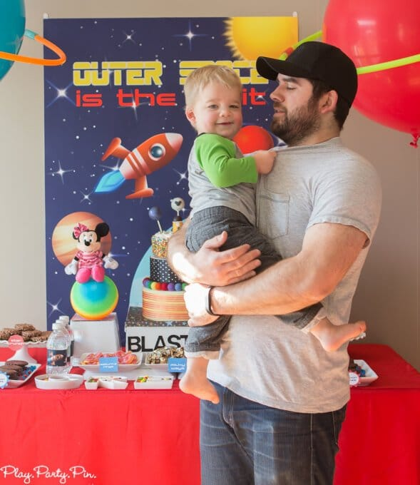 All the outer space party ideas you need to throw an amazing kid's outer space party! And absolutely love those amazing balloon planets!