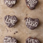 Love these cute chalkboard conversation heart brownies, such fun Valentine's Day treats and a fun modern take on conversation hearts from www.playpartypin.com