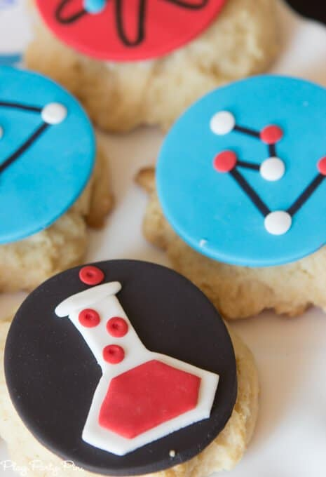 All sorts of fantastic Big Hero 6 party ideas including the easiest Baymax cupcake cake, awesome Fredzilla monster bars, and honey lemon cookies! Love everything about this Big Hero 6 movie night from www.playpartypin.com.