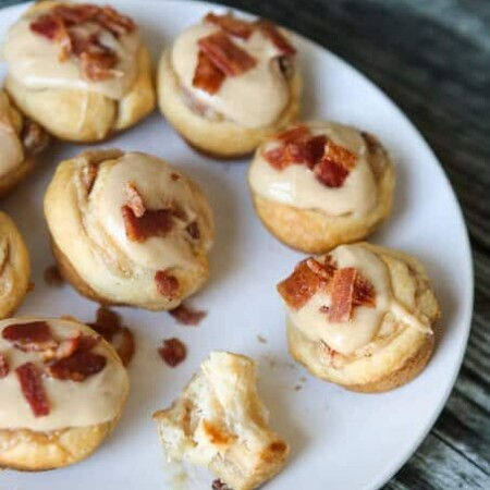 These mini maple bacon rolls are SO easy to make and so yummy, the perfect fall breakfast when you want something other than pumpkin!