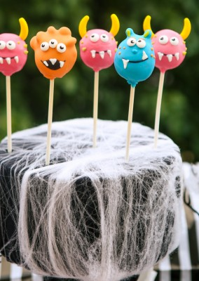 Love all of these Halloween carnival ideas especially this awesome Halloween carnival dessert table!