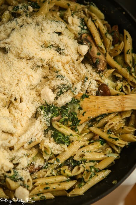 This easy one-pot spinach artichoke pasta recipe looks yummy and delicious! Definitely one to add to my easy pasta recipes list!
