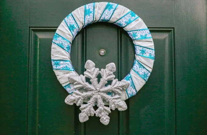Make this simple DIY snowflake wreath in just a few minutes, one of the easiest winter crafts ever! I'm definitely adding this to my Christmas crafts to-do list!