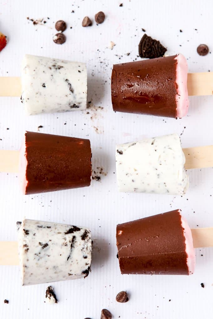 These chocolate covered strawberry frozen yogurt pops are so easy to make and the perfect Valentine's Day dessert! Perfect if you're looking for easy desserts! I'm definitely trying these this week.