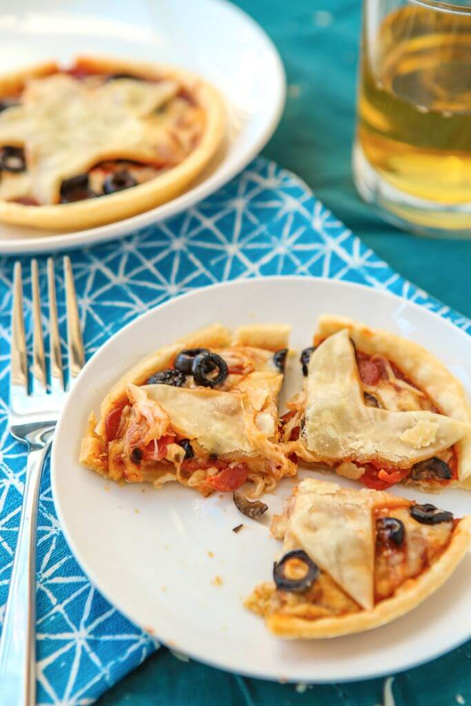 These mini pizza pies are perfect for anyone who loves Gilmore Girls, pizza, or pie! Your favorite pizza toppings baked into a pie crust makes these almost like a pie version of your favorite pizza rolls. Such an easy pizza pie recipe and I love the Stars Hollow star on top! Definitely adding this to my easy appetizers board!