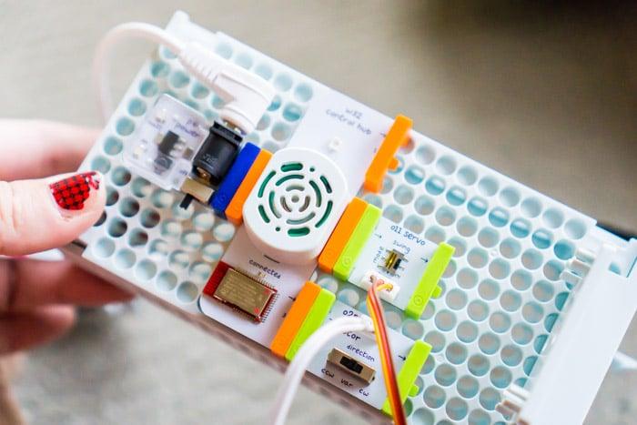 A put together littleBits R2D2 bit