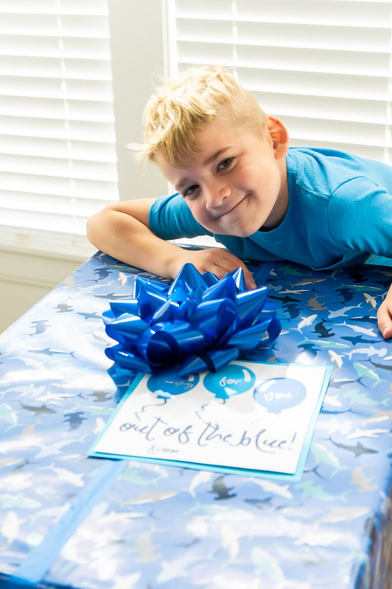 Adding bows to a blue gift box
