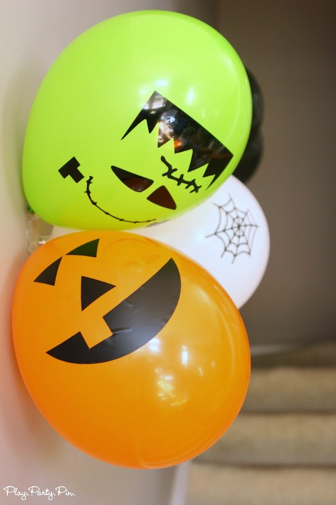 Easy halloween party decoration ideas using command party for Balloon decoration for halloween