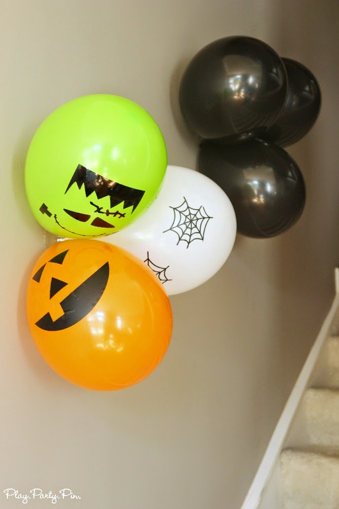 Easy halloween party decoration ideas play party plan for Balloon decoration for halloween